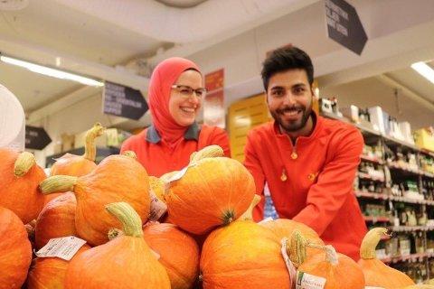 Butikksjef hos Extra på Skoklefall tok til tårene da butikken på Nesodden ble kåret til «Årets Frukt og Grønt-butikk».  Her sammen med frukt og grøntansvarlig Amir Hosseini.