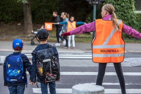 Når skolen starter til høsten, kan hele den voksne befolkningen i Norge ha fått tilbud om vaksine. Men ingen av barna.