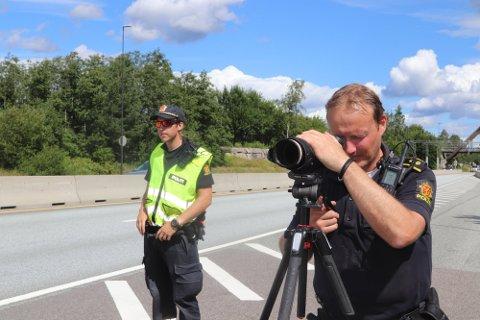 TOK MANGE: Både torsdag og fredag har UP stoppet en rekke bilister som ikke holder fartsgrensene. Nå advarer UP-leder i Follo, Rune Dahl (til høyre) om at politiet vil passe godt på i påsketiden også. Dette bildet er fra en kontroll ved Oslofjordtunnelen i fjor.