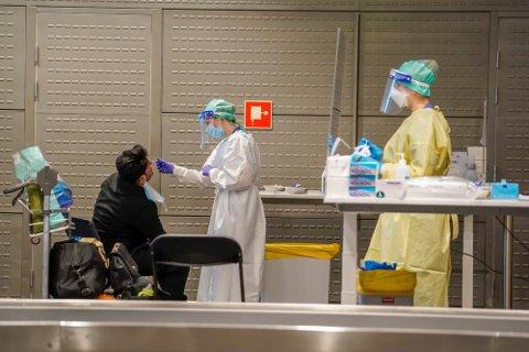 Passasjerer fra Doha og Dubai testes for covid-19 etter ankomst i Norge. Helsemyndighetene i Ullensaker kommune har etablert et eget testsenter på Oslo lufthavn Gardermoen for passasjerer som ankommer Norge fra utlandet.