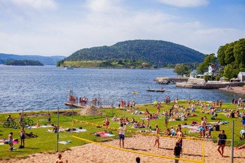 FHI-overlege Preben Aavitsland mener man forvente seg tilnærmet normale tilstander i sommer. Her fra Badeparken i Drøbak en tidligere sommer.