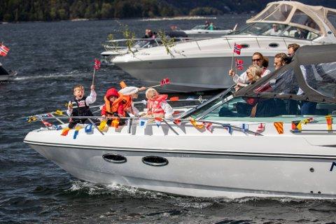 Flere tok i bruk båtene for å feire 17. mai på fjorden i 2020.