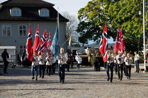 Her ser du Drøbak Frogn Speidergruppe leder an ved fjorårets 17. mai-feiring.