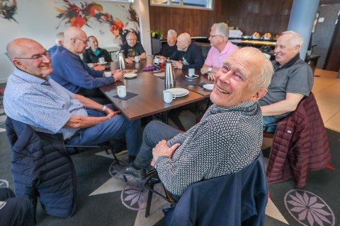 I LEVENDE LIVE: Her feirer Arthur Arntzen bursdag i Tromsø. Det til tross for at VG meldte at den folkekjære komikeren er død. Rundt bordet fra venstre: Tor Zakariassen, Markus Sørensen, (delvis skjult) Hugo Anthonsen, Arnulf Hartvigsen, Karl Arvid Roman, Tore Johansen, Knut Smistad, John Strandmo og Knut Helsingeng. En sprell levende Arthur i front.