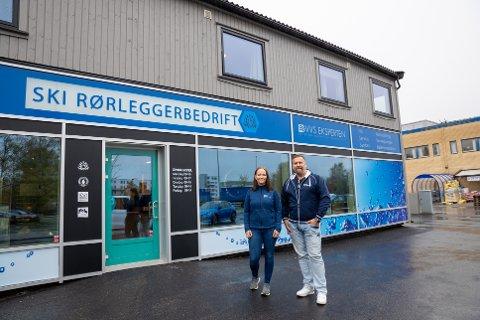 GLEDER SEG OVER NYTT LOKALE: Pia N. Hamarsnes og daglig leder Lars Nannestad i Ski Rørleggerbedrift har flyttet inn i nye lokaler i Johan K. Skanckes vei 2 i Ås.