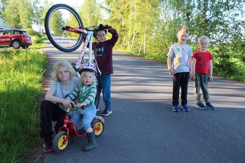 Brage, Olve, Åsne, Oscar og Trym bor ved Folkvang og foreldrene har vært bekymret når DFI har hatt fotballtreninger der fordi det er mange som ikke overholder fartsgrensene. Nå har DFI tatt tak i problemet.