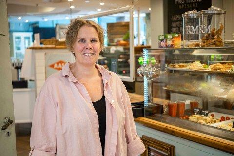 Helena Berglund er en av mange som jobber på spiseriet. Nå søker deleieren flere ansatte.