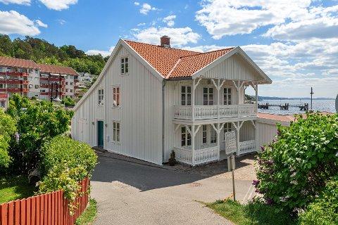 Evelin og Aleksander Øiestad har bestemt seg for å selge Hamborghuset.  – Noen ganger tar livet en annen retning og vi hadde tenkt at vi hadde staket ut en stø kurs, men så skjer det noe, sier de to.