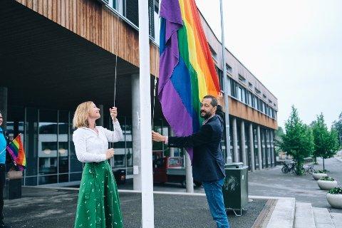 – Jeg er stolt over å kunne heise flagget for mangfold og likeverd, sier varaordfører Cathrine Kjenner Forsland.