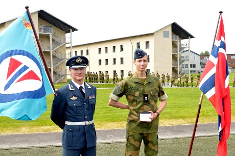 Stolt: Alexander J. Boulland ble ropt fram av oberst Tord Aslaksen foran 300 rekrutter på KNM Harald Haarfagre.