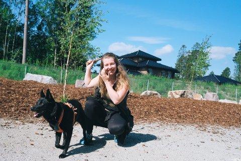 Tira Kuusela og kelpien Navi kommer til å bruke den nye hundeparken mye.