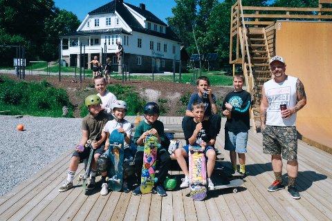 Området blir flittig brukt. Denne gjengen er her ofte. En av dem er til og med kommet helt fra Oslo for å skate i Nesoddens nye skatepark.