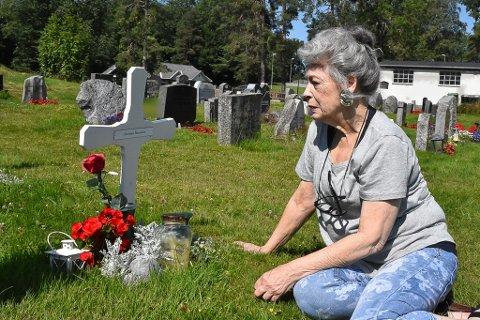 I SORG: Frøydis Halvorsen sørger over tapet av sønnen, Christian Halvorsen, som ble brutalt drept i Askim for ett år siden. Nå har nye roser blitt satt frem på graven.