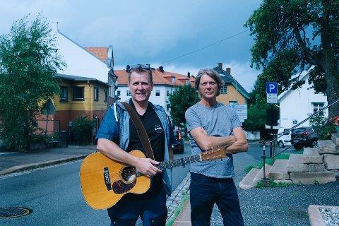 Festivalsjef Frank Kvinge, og artist i musikkgruppa På strengrunn Steinar Ofsdal, er klare for den siste konserthelga i badeparken.