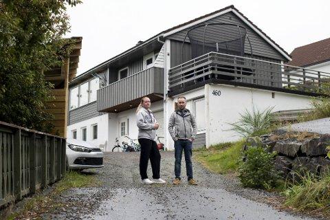 Her står samboerparet Ellinor Seim og René Hauge på kommunegrensen. Huset deres ligger i Bergen, mens utkjørselen ligger i Bjørnafjorden. Like nedenfor kommer en ny bomstasjon som avskjærer dem fra å kjøre gratis til byen.