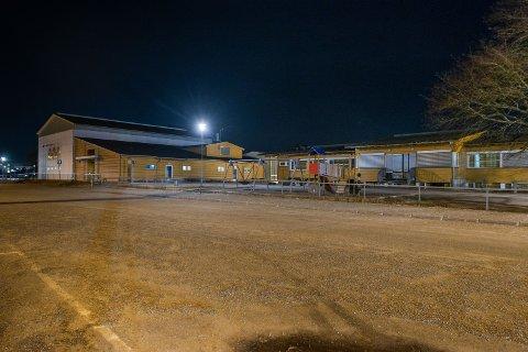 FORSTYRRENDE: Rektor opplevde situasjonen som forstyrrende da en mann torsdag morgen skapte uro på parkeringsplassen ved denne skolen.