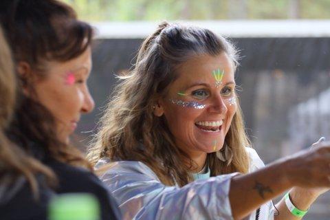 Fargerikt fellesskap: Lynsey Moonflower er fargerikt og hørbart tilstede under Kulturistens mangfoldige programparaply med sitt blomstrende vesen, ditto utseende og allestedsnærværende og brede smil. Foto: Lars Wiggen/Kulturisten