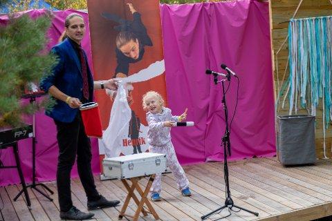 KOSTE SEG PÅ SCENEN: Tryllekunstner Hans Henrik Verpe fikk hjelp av Lotte (5).  Hun fikk større og større tryllestav underveis.