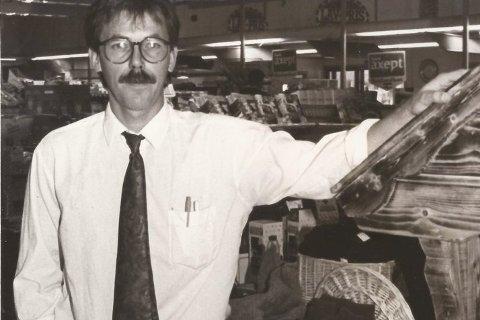 1992: Domussjefen foran utstillingen som ble bygd opp til mart'n. - Et resultat av mye kreativitet og stor dugnadsånd blant de ansatte. Og vi fikk da også behørig mediadekning for påfunnet, sier Odd Tronvoll i dag. Foto: Inge Morten Smedås