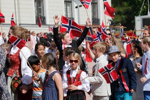 Oslo  17.mai 2014. Barnetoget på slottsplassen, foreldre og barn vifter med flagg og hilser kongefamilien på slottsbalkongen.   Foto: Lise Åserud / NTB scanpix