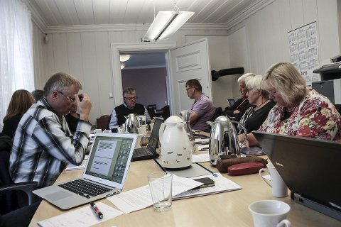 VIL IKKE BETALE: Ole Jørgen Kjellmark (t.v.) var den eneste i formannskapet som ikke ville bruke penger på rapporten fra PR-byrået Burson Marsteller hadde laget om konsekvensene for næringslivet dersom tilbudet ved Røros flyplass blir dårligere enn i dag. De øvrige – ordfører Hans Vintervold, Einar Aasen, Inga Evavold, Liv Hanne Tønset, Torfinn Rohde og Rune Johnsen ville bruke 25.000 kroner fra næringsfondet.