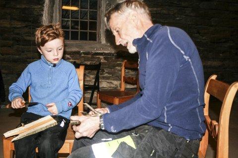 ELLEV: Bestefar Ellef Odden hadde tatt med barnebarnet Ellev. Klart han må lære å spikke, det gjorde jeg også da jeg var liten, sier bestefaren. Alle foto: Ole Annar Krogh