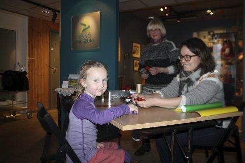 Juleverksted: På Ramsmoen fikk Hedvig hjelp av Helga Reidun B. Nesset, i bakkant, og Kristin Frønæs.