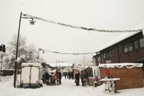 Julestemning: Snøen som falt natt til lørdag ga en flott ramme rundt Julemarkedet i Parkveien på Tynset.
