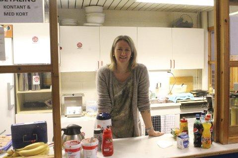 Tok sin tørn: Tynsetordfører Merete Myhre Moen steppet inn som kioskvakt for Tylldal IL under Tynset Open.