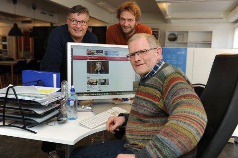 NYE AKTØRER: Erland Vingelsgård (foran) er redaktør i Tynsetingen. Bak står daglig leder i Alvdal midt i væla AS og redaktør i Alvdal midt i væla, Ivar Thoresen (t.v.) sammen med journalist Tore Rasmussen Steien.