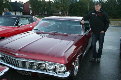 """Stein Klemmetvold fra Røros klinte like godt til med ekte """"børnout"""" idet han og sin kjære Wenche Wisth ankom Verket på Røros i deres Chevrolet Impala automat 65. modell.  - Måtte bare lage stemning her, sier Stein."""
