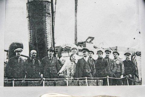 MANNSKAPET PÅ NOAHS ARK: Nummer tre fra venstre, rørosingen Ingvar Bekkos, hans søster Anna, ved siden av henne står Noa selv, Anders Nilssen Krogh. De øvrige er båtens mannskap