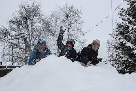 JUBEL:  Magnus Sundt, Vegard Kjøsen og Emil Buraas koser seg i snøhaugene i Røros sentrum.  Foto: Inge Morten Smedås