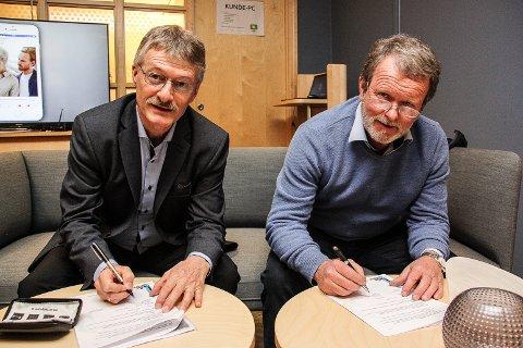 NY AVTALE: Styreleder for Femundløpet, Steinar Munkehaugen (t.h) og banksjef Even Kokkvoll i RørosBanken signerer ny samarbeidsavtale.