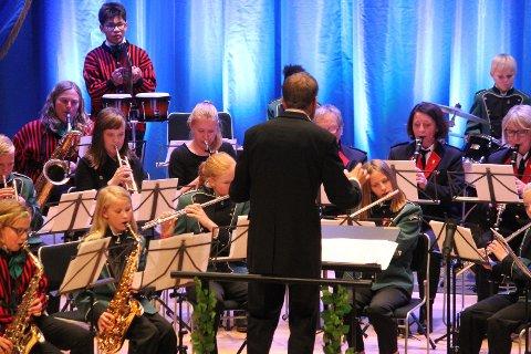 """To rørosinger: Siden Røros ikke har skolekorps fikk to trompetelever fra kulturskolen endelig spille sammen med de andre i """"storkorpset"""""""
