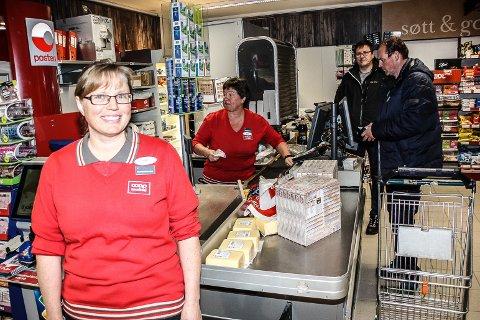 STOR DAG: En stolt butikksjef Ingunn Nilsgård kunne ta i mot handleystne kunder på åpningsdagen.