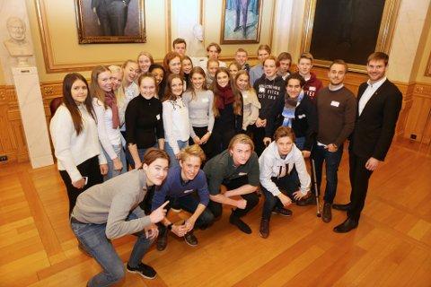 PÅ STORTINGSBESØK: Nils Kristen Sandtrøen (til høyre) til imot lektor Øyvind Gilleberg Stensli og klassen på Stortinget.