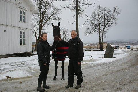Kaja og Steinar står for det daglige stellet og treningen av den staselige valakken.