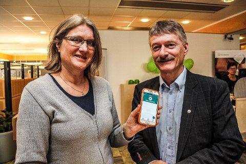 ENKLERE: - Med Vipps som felles plattform blir det enklere å benytte betalingsløsninger på mobil, mener markedsjef Ingrid B. Svendsen og banksjef Even Kokkvoll i RørosBanken.