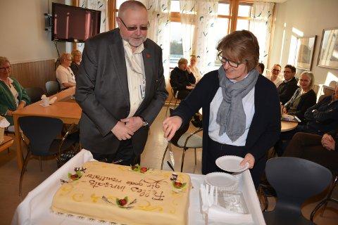 FEIRET: Adm. dir. Alice Beathe Andersgaard ved Sykehuset Innlandet serverte kake til divisjonsdirektør Stein Tronsmoen ved SI Tynset tidligere i måneden.