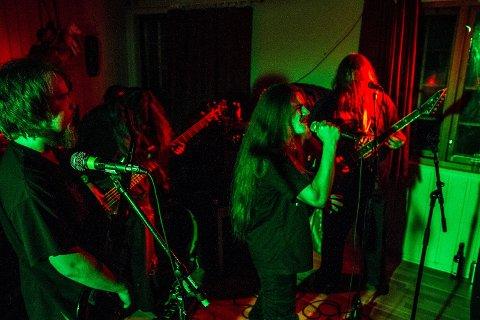 Høstens kloakkrock tilbyr en rekke sjangre, fra tung metall til indie og pop. Bildet er fra  da det lokale bandet Trïgger Warning spilte under Kloakkrock påsken 2015.