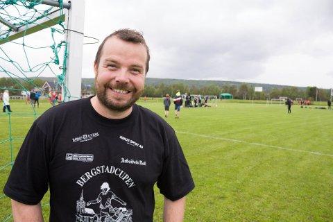 HYLLER FRIVILLIGE: Komitéleder for Bergstadcupen, Erik Sandnes Høsøien, sier det er en stor jobb å arrangere cupen, og priser seg lykkelig for at frivillige og hovedkomiteen gjør en så god innsats.