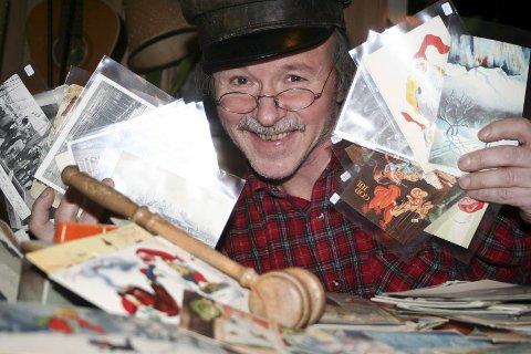 DET BLIR AUKSJON MED MYE LIV OG RØRE: Auksjonarius Ola Rye auksjonerer bort objekter som de tre jubilantene gir bort. Alle inntekter går uavkortet til Barnekreftforeningen.