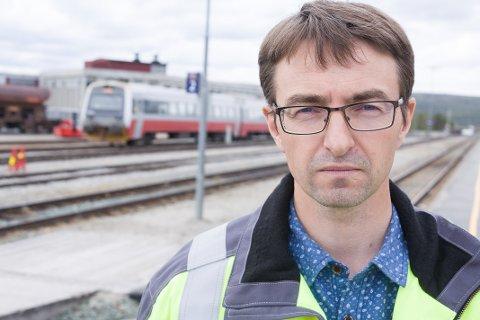 FÆRRE OVERGANGER: Rørosbane-sjef for Bane NOR, Stig Moen, sier de jobber kontinuerlig mot å redusere planoverganger.