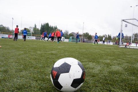 FOTBALLGLEDER: Røros IL fotballgruppa vil ta et tak for forsøke å sikre rekruttering og holder treninger for alle i aldersgruppa 15 - 20 år. Illustrasjonsfoto fra fotballskole på Øra et tidligere år.