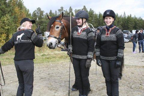 NYE GENSERE: F.v. Jorun Alme, Ina Trøen og Wenche Svendsen viser stolt fram sine nye flotte hestegensere.