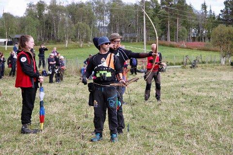 ETT SKUDD HVER: Lars Erik Amundsen står klar med sin Instinktiv bue, mens Christian Andersson har spent Langbuen. Sammen med Morten Hegseth kom de til kvartfinalen for lag på lørdag. Trekløveret ble utslått av en trio fra Hardanger. Bare ett poeng skilte de to lagene.
