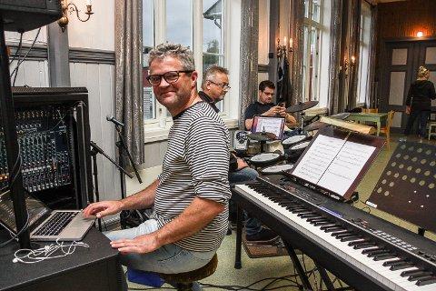 """I SITT ESS: Midt blant musikkinstrumenter, gode musikerkolleger og gjerne en Mac er Jo Ryen i sitt ess. Bildet er tatt i forbindelse med innøving av musikkteateret """"Jeven Tuschke"""". I bagrunnen skimtes Ove Røste og Erik Roll."""