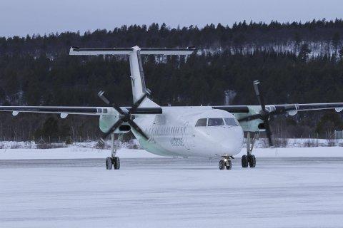 FLY: Widerøe-fly på Røros lufthavn.