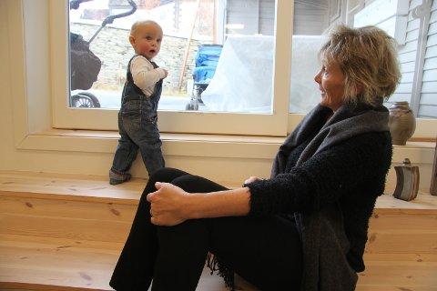 OPPDAGEREN: Edvard Ruud Tronsmed var på en kaotisk oppdagelsesferd i galleriet i Trevarefabrikken. Bestemor Pauline Tamnes er med på ferden.